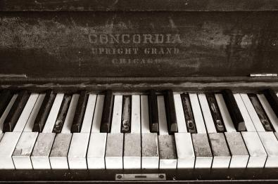 old-piano-keys-art_629628